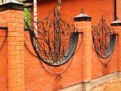 Як побудувати цегляні паркани з ковкою: фото та етапи зведення